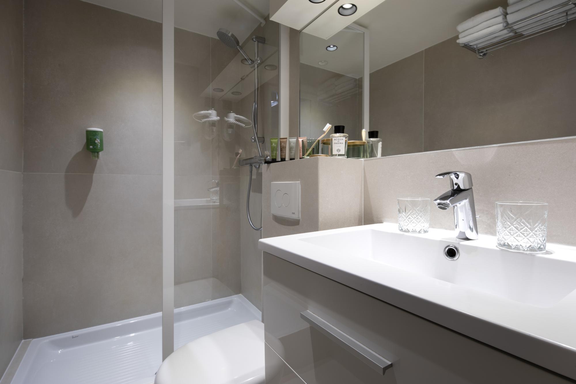 Hotel Brady Deluxe Room Bathroom