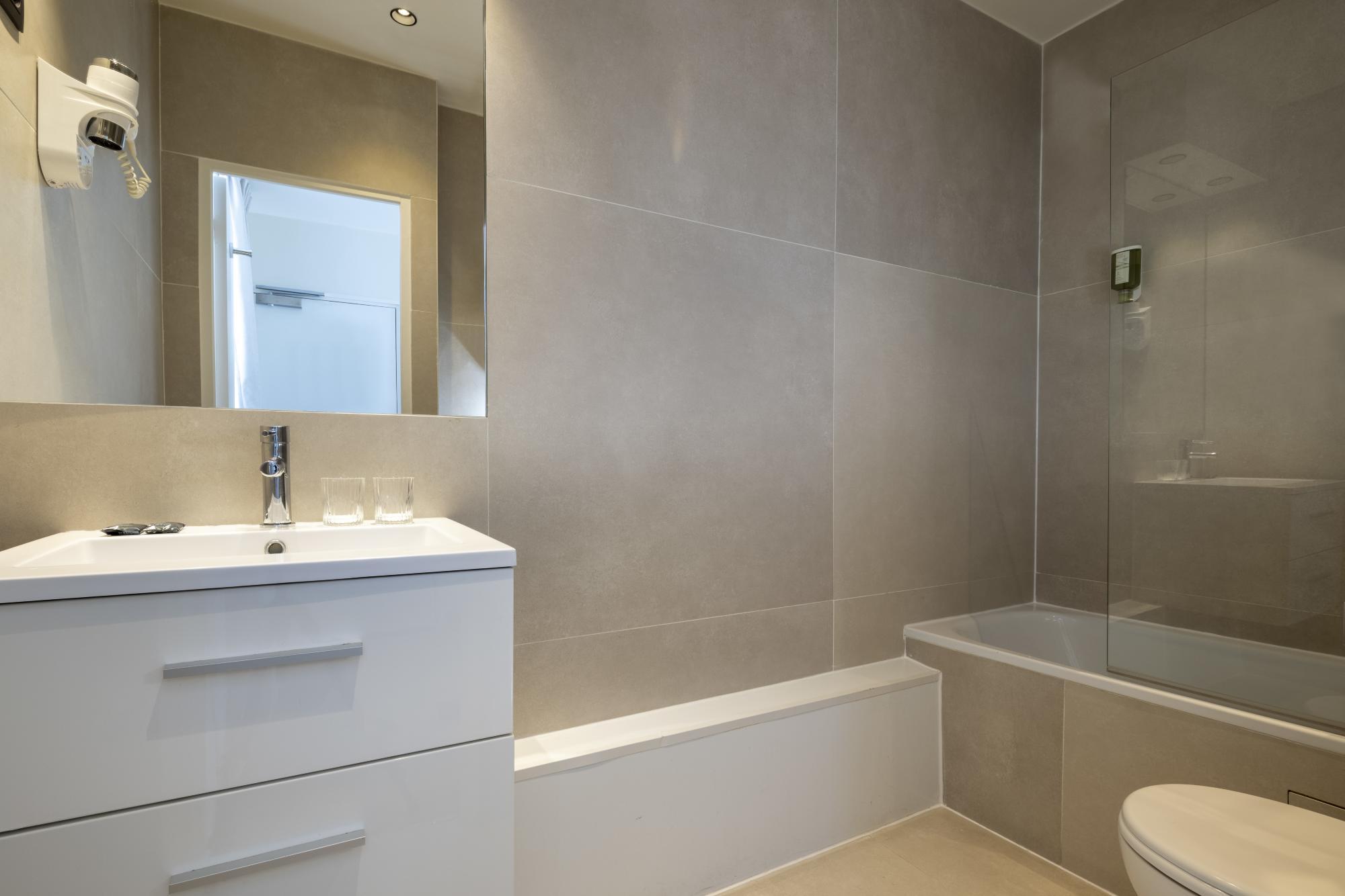 Hotel Brady Junior Suite Room Bathroom