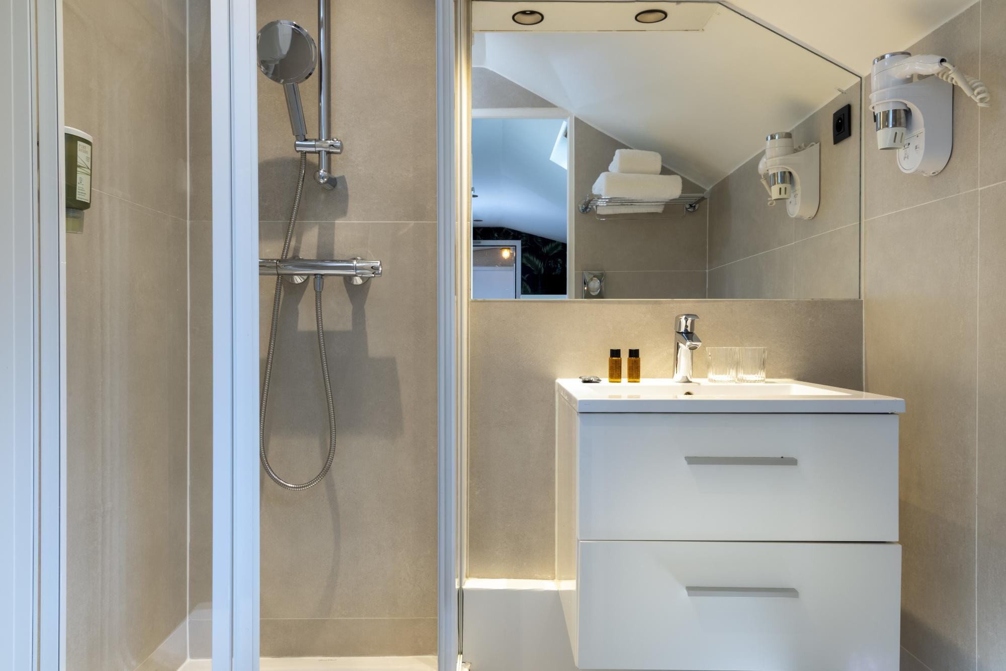 Hotel Brady Single Room Bathroom