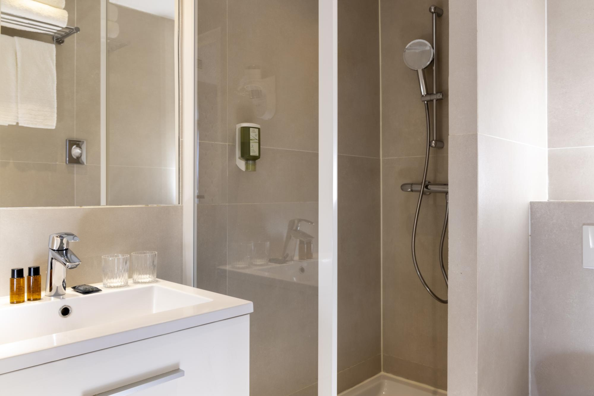 Hotel Brady Superior Room bathroom