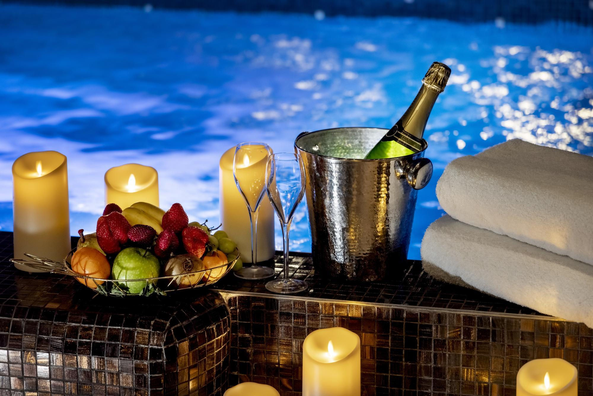 Hotel Da Vinci Spa Pool Champagne Fruits