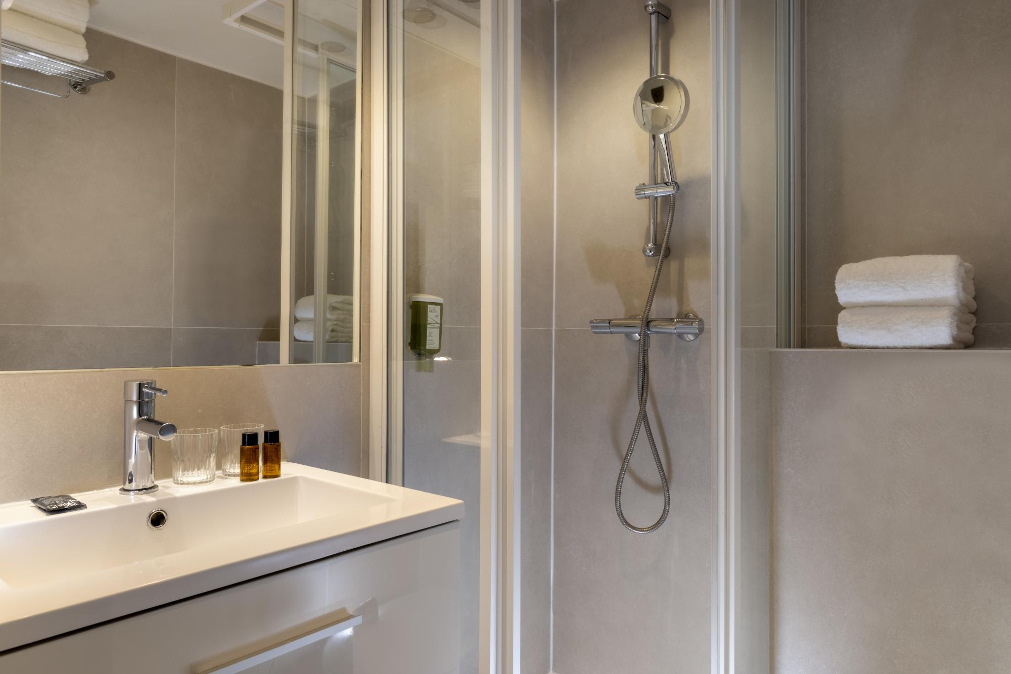 Hotel Brady Connecting Rooms Bathroom