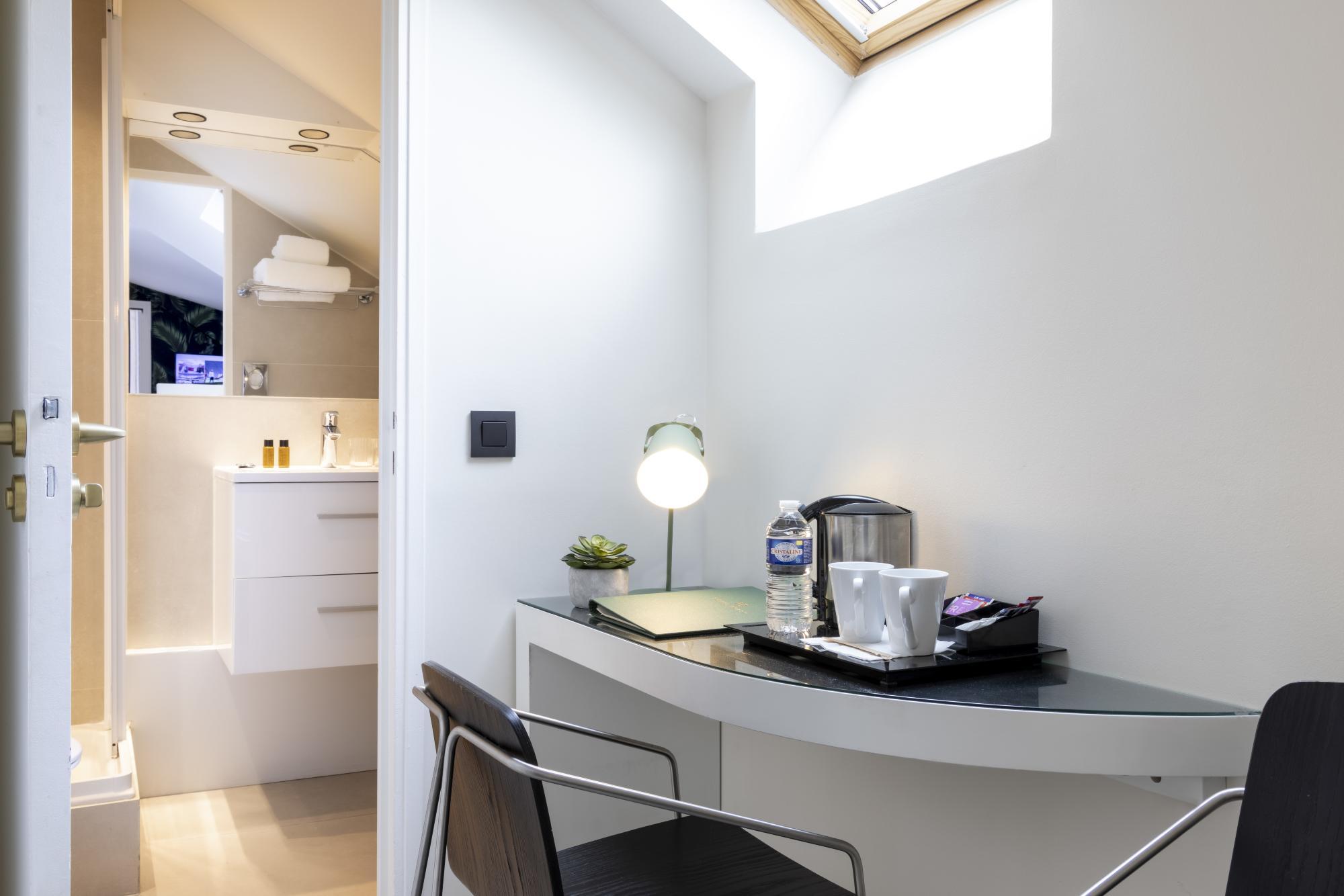 Hotel Brady Single Room Desk Bathroom