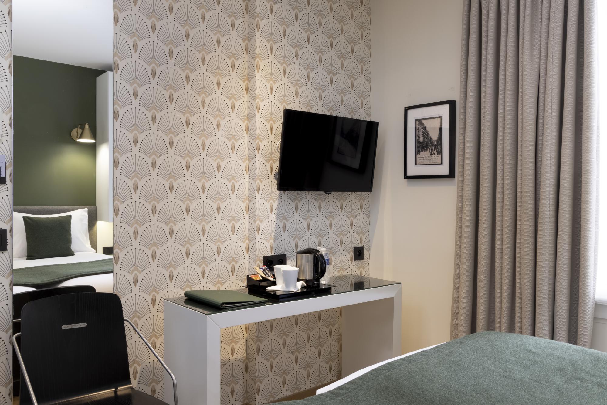 Hotel Brady Superior Room Desk