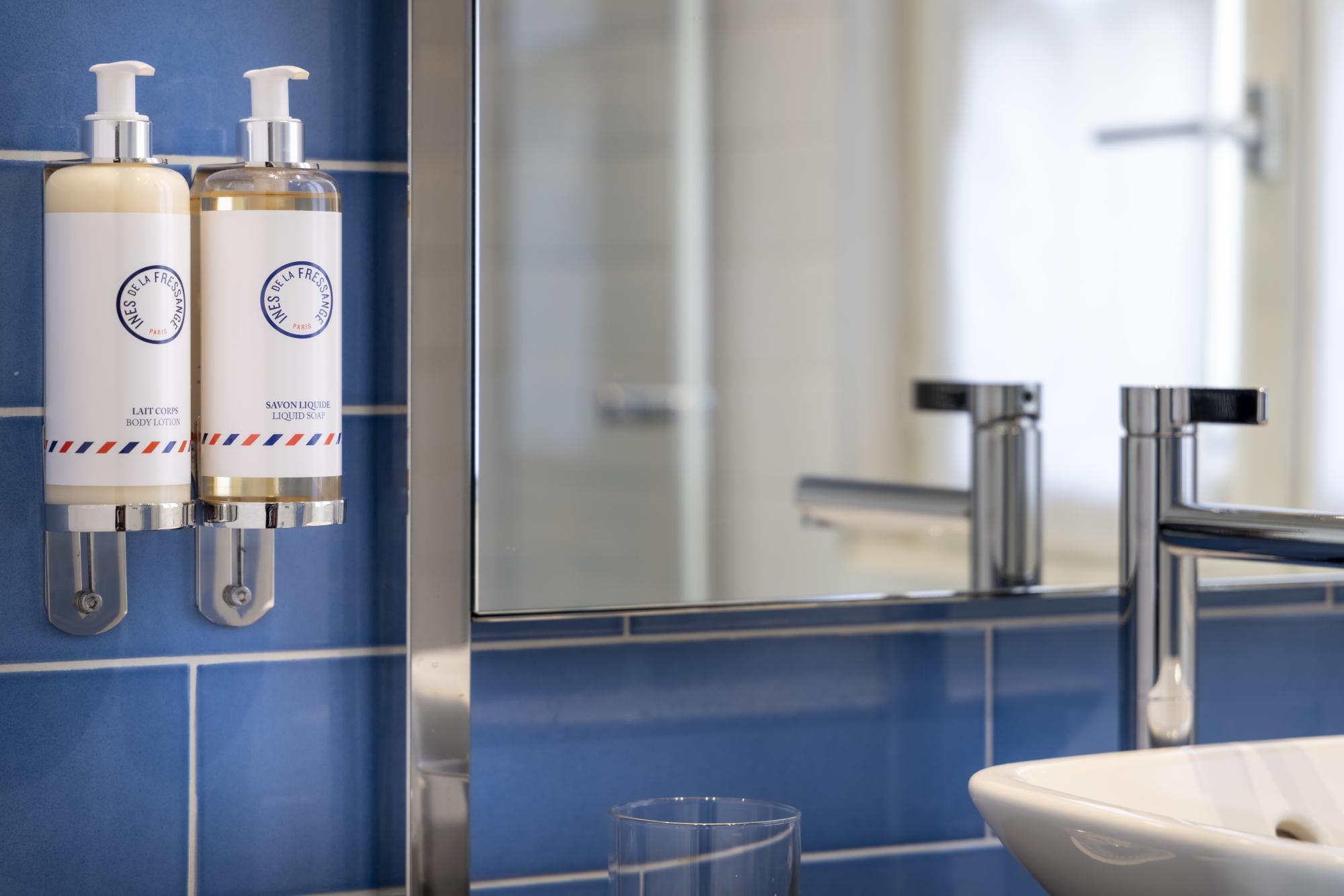 Hotel Les Matins de Paris Superior Room Bathroom