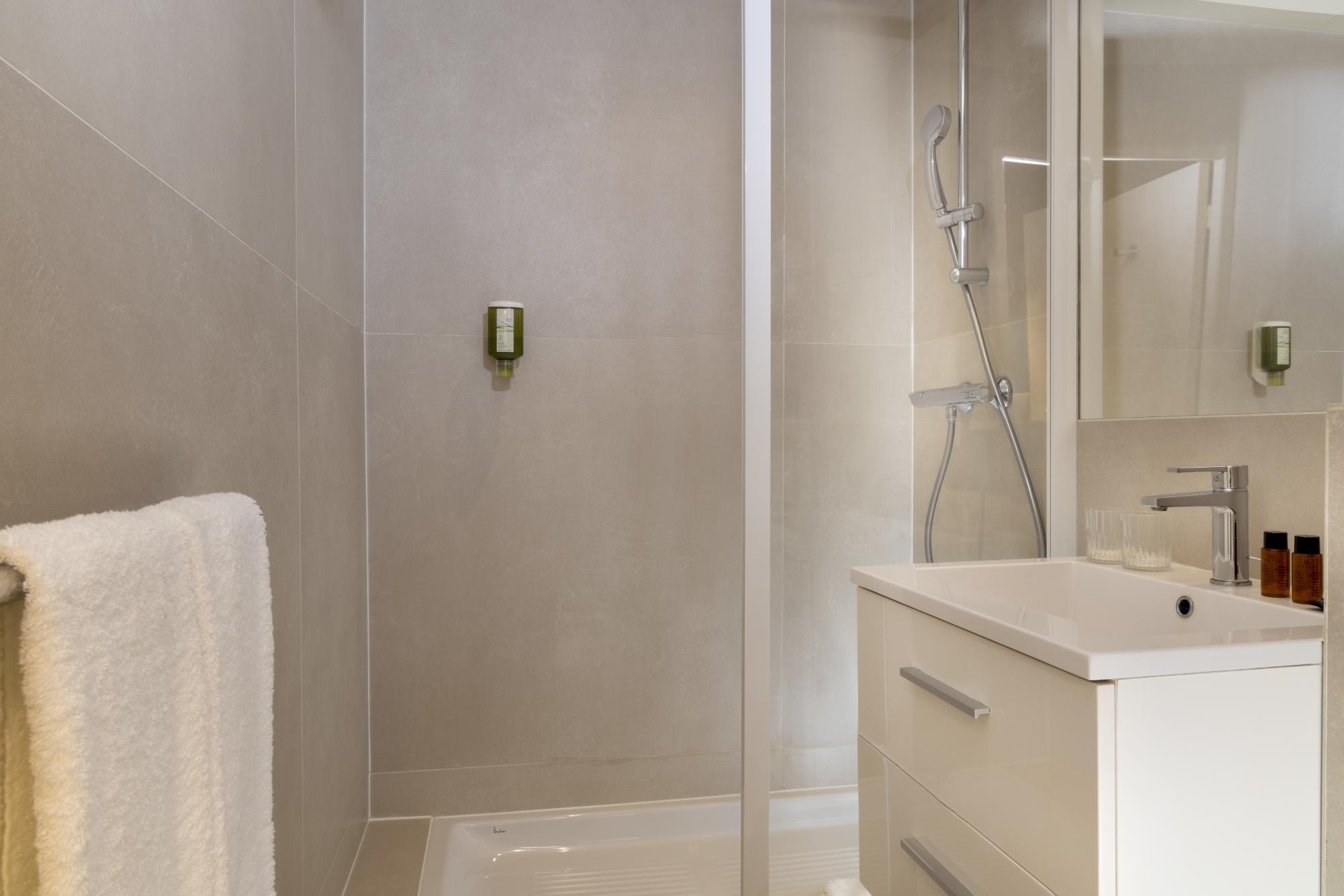 Hotel Brady Classic Room Bathroom